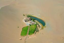 Kỳ lạ hồ bán nguyệt 'lọt thỏm' giữa sa mạc