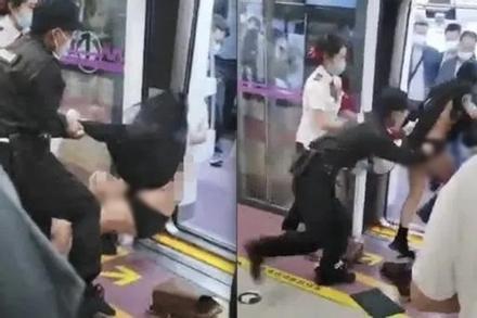 Cô gái trẻ bị bảo vệ lôi rách váy, tống cổ ra khỏi tàu điện ngầm
