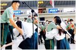 Dân mạng xôn xao cảnh sát xuất ngũ quỳ gối cầu hôn bạn gái 8 năm