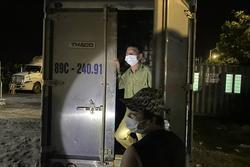Giấu bố đẻ vào thùng phuy trên xe tải để qua chốt Covid-19