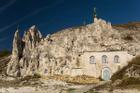 Nhà thờ cổ giống như bị núi đè, kiến trúc bên trong ai cũng trầm trồ