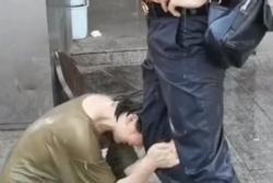 Cãi nhau, cô gái quỳ gối ôm chân bạn trai dưới mưa cầu xin tha thứ