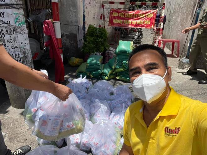 MC Quyền Linh mặc áo trái ra đường lại khiến fan thả tim không ngớt-3