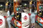 Bức ảnh 'cô gái lưng ong chữ S' ở trạm xăng gây bão khắp MXH