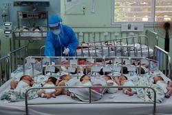 Hàng trăm trẻ sơ sinh có bố mẹ F0: Xót xa không người thân chăm sóc