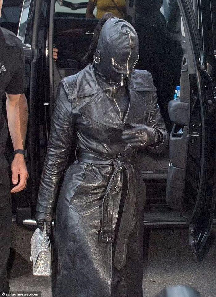 Kim Kardashian xuất hiện với bộ đồ như khủng bố xuống phố-1