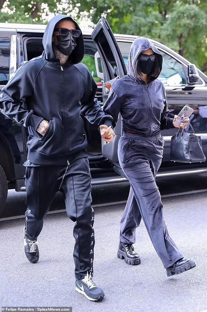 Kim Kardashian xuất hiện với bộ đồ như khủng bố xuống phố-2