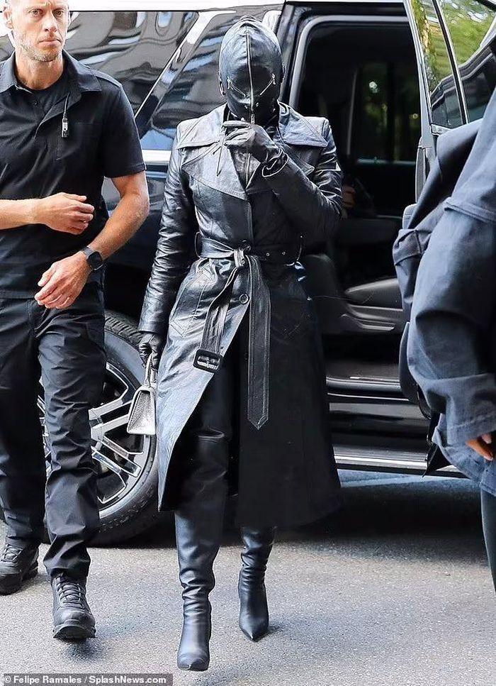 Kim Kardashian xuất hiện với bộ đồ như khủng bố xuống phố-3