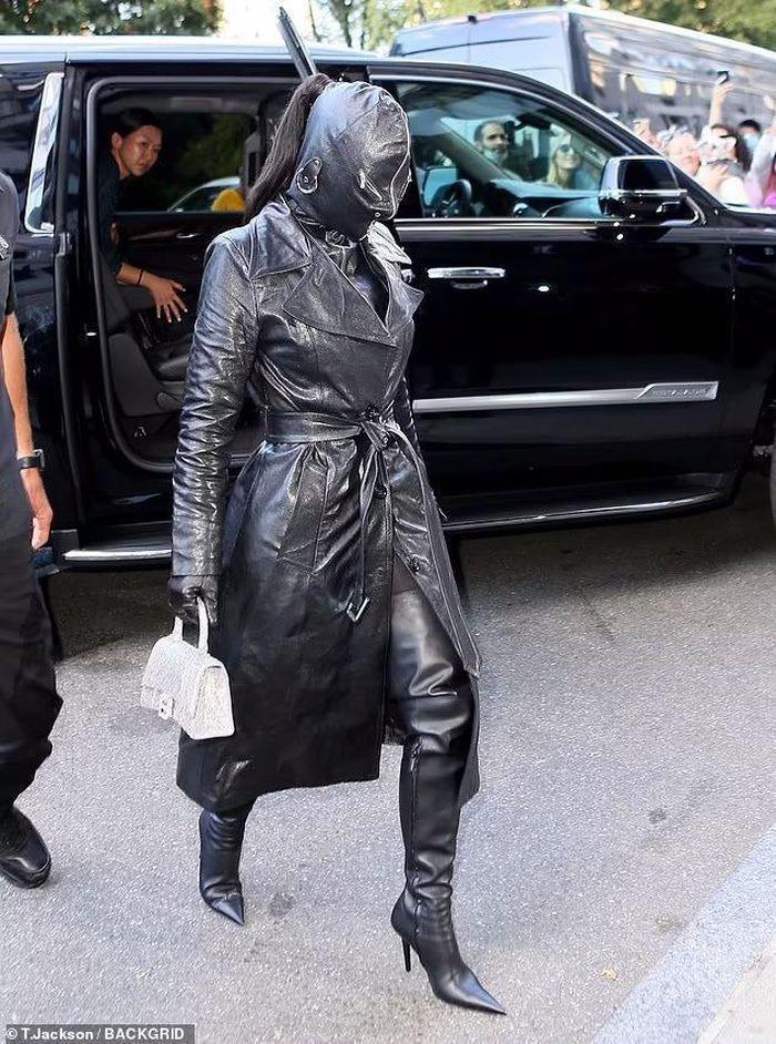 Kim Kardashian xuất hiện với bộ đồ như khủng bố xuống phố-4