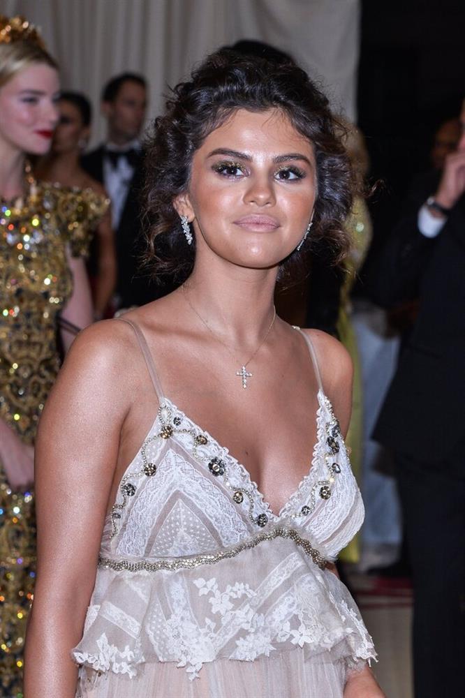Selena Gomez vẫn tiền đình vì màn make-up chết trôi ở Met Gala-4