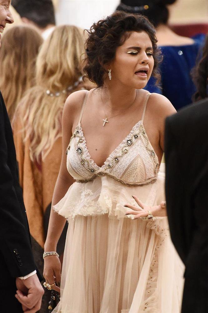 Selena Gomez vẫn tiền đình vì màn make-up chết trôi ở Met Gala-1