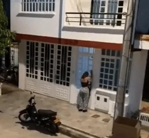 Bạn gái đập cửa đánh ghen, tiểu tam quăng người từ tầng 2 xuống-1