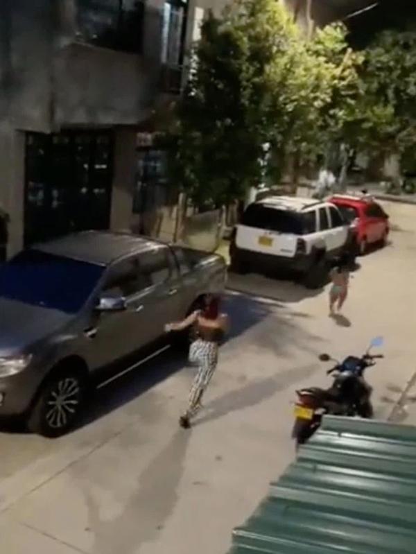 Bạn gái đập cửa đánh ghen, tiểu tam quăng người từ tầng 2 xuống-4