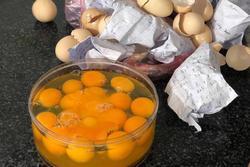 Dặn con 'đập trứng vào bát', mẹ đứng hình nhìn chiến tích