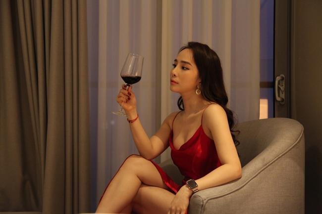 Mỹ nhân Việt diện trang phục nóng mắt trên sóng truyền hình-5
