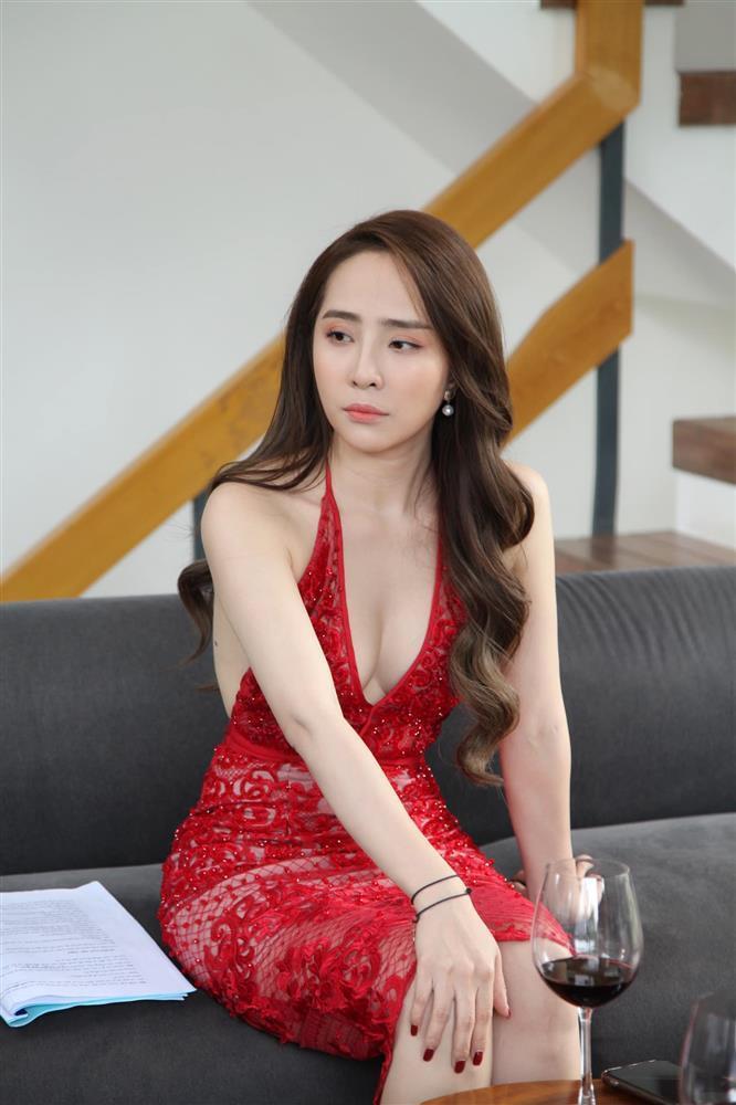 Mỹ nhân Việt diện trang phục nóng mắt trên sóng truyền hình-8