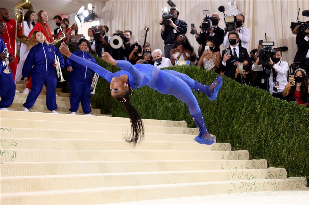 Met Gala 2021: Vận động viên cởi đầm dạ hội nhào lộn trên thảm đỏ-1