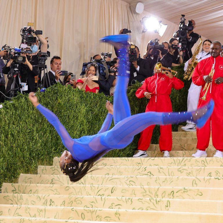 Met Gala 2021: Vận động viên cởi đầm dạ hội nhào lộn trên thảm đỏ-2