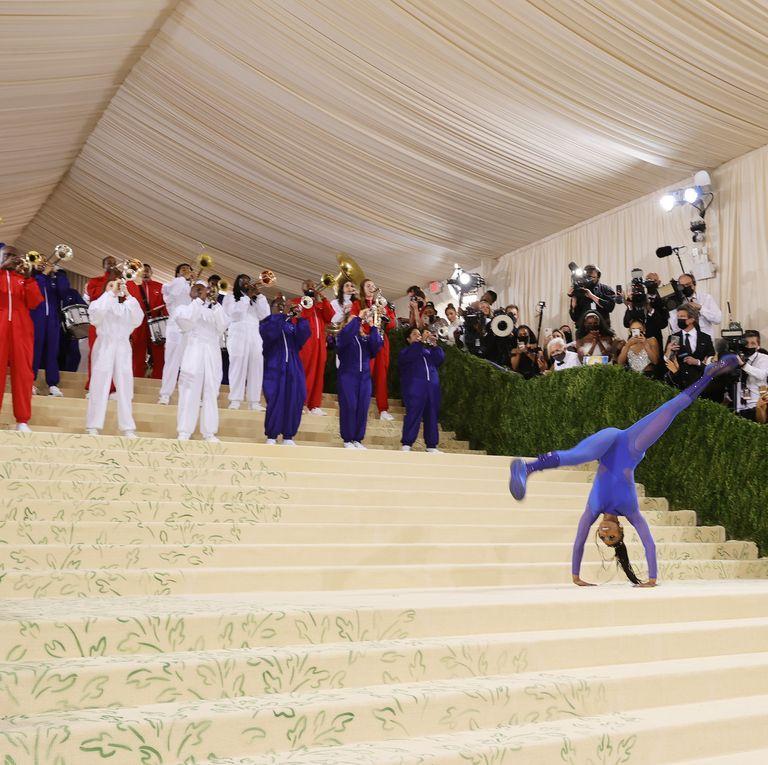 Met Gala 2021: Vận động viên cởi đầm dạ hội nhào lộn trên thảm đỏ-3