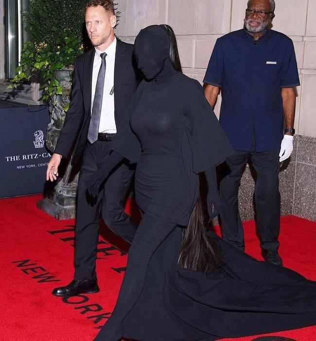 Kim Kardashian kiên quyết không hở miếng thịt nào ở Met Gala 2021-2