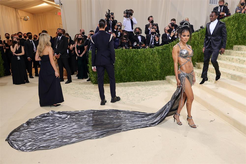 Kendall Jenner cầm đầu phe mặc mà như không ở Met Gala 2021-10