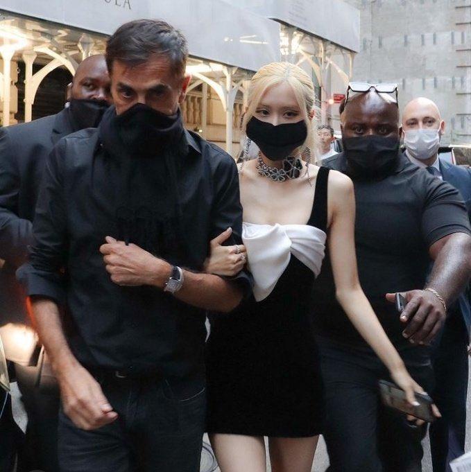 Rosé (BLACKPINK) lộ tay, chân gầy như sắp gẫy tại Met Gala-6