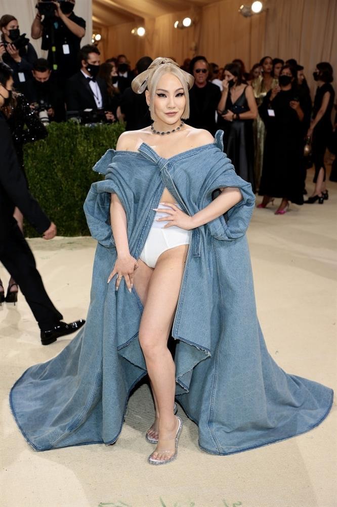 CL mặc mỗi quần nội y cũng chặt đẹp cô em Rosé tại Met Gala-3