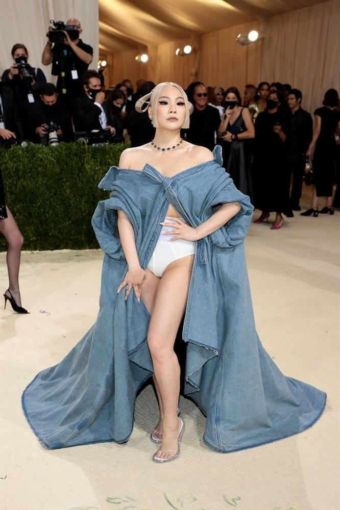 CL mặc mỗi quần nội y cũng chặt đẹp cô em Rosé tại Met Gala-4