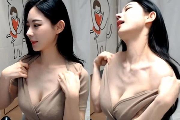 Hot girl livestream tự sờ soạng, show ngực phản cảm-6