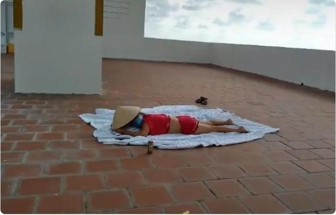 Bà thím F0 cởi áo lên sân thượng phơi nắng, bị nhắc vẫn tỉnh bơ-1