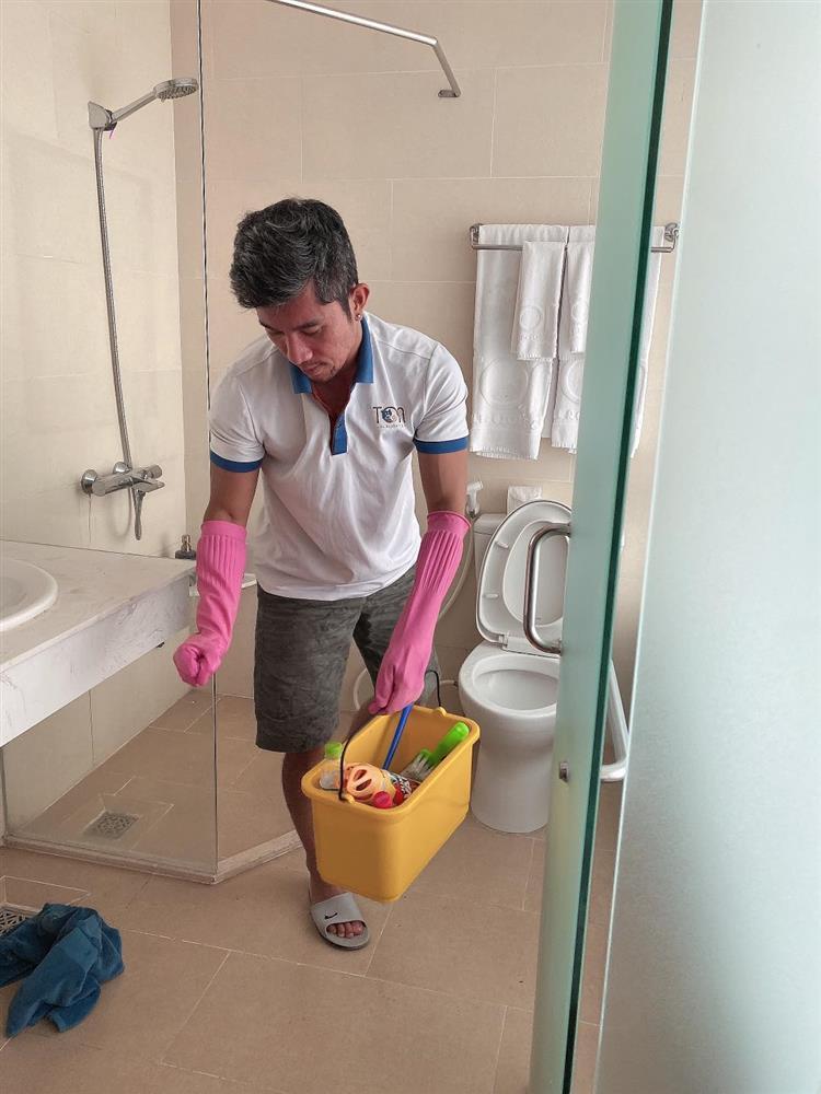 Ngân 98 nói rõ tin Lương Bằng Quang kẹt tiền phải cọ toilet