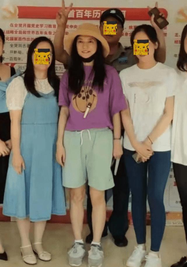 Lộ ảnh Triệu Vy trở về quê nhà sau biến cố phong sát-2