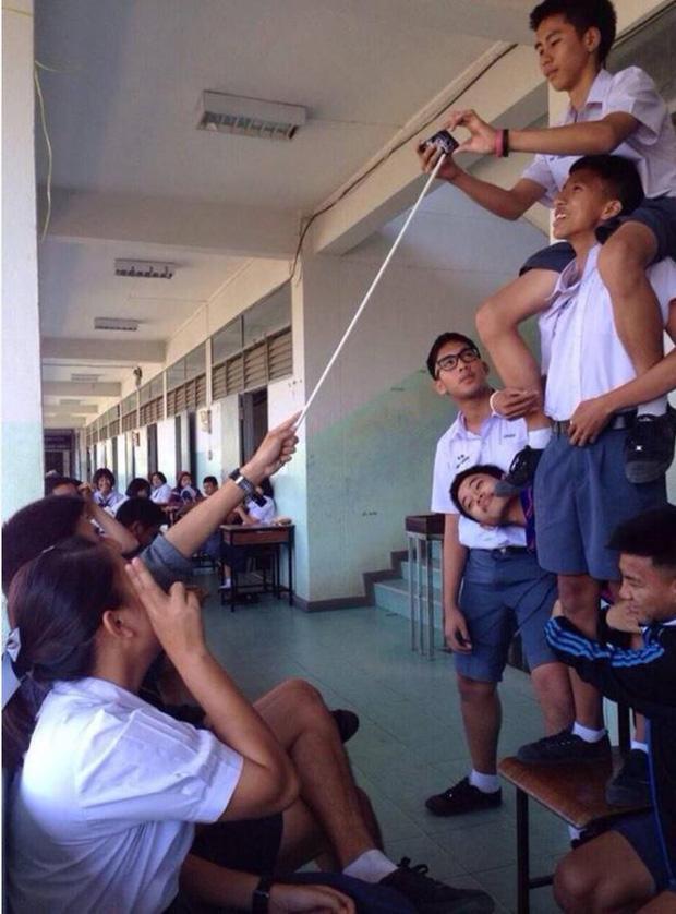 Bị đám học trò lôi xe máy vào lớp, thầy giáo phản ứng cute-6