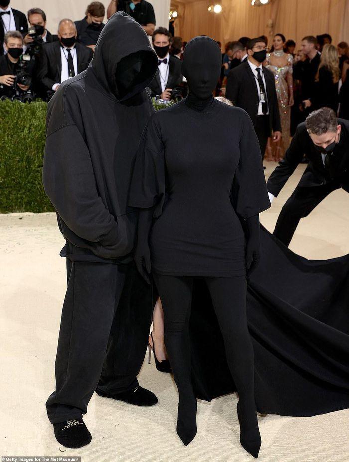 Bộ đồ bóng đêm Kim Kardashian y chang hung thủ truyện Conan-1