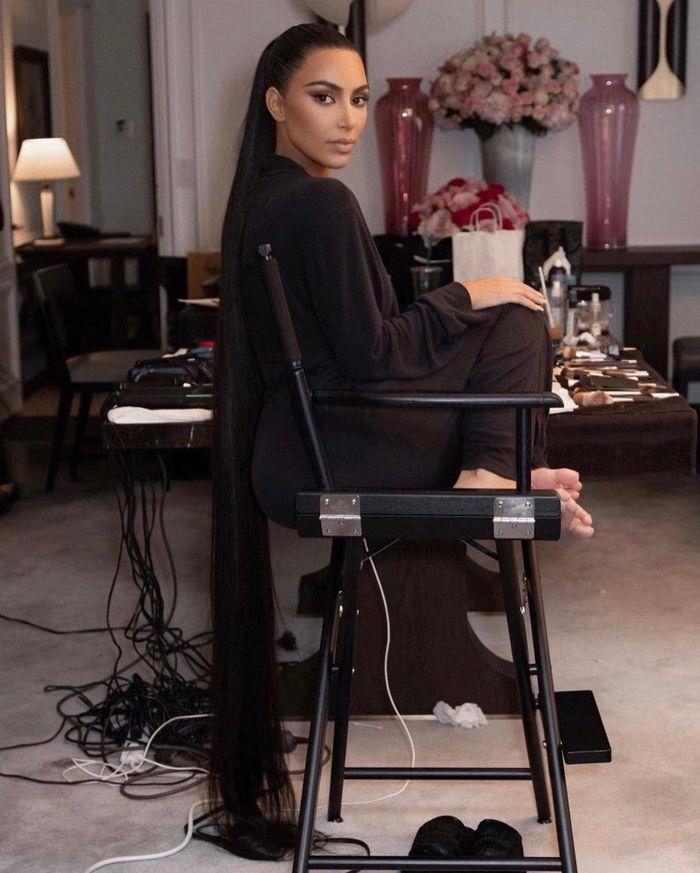 Bộ đồ bóng đêm Kim Kardashian y chang hung thủ truyện Conan-4