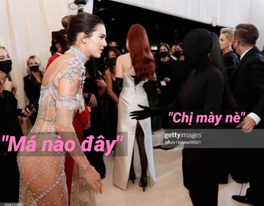 Bộ đồ bóng đêm Kim Kardashian y chang hung thủ truyện Conan-6