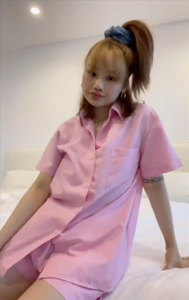 Miu Lê dùng quần bò cũ làm dây buộc tóc scrunchie cực trendy-2