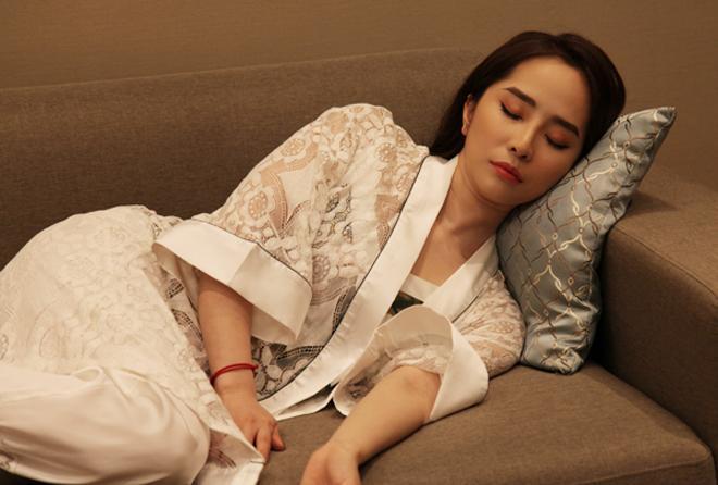Phương Oanh hít khói nhiều mỹ nhân Việt khi mặc đồ ngủ-5