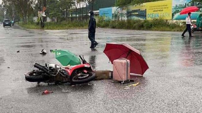 Hà Nội: Bàng hoàng đôi nam nữ đi xe máy bị sét đánh tử vong-2