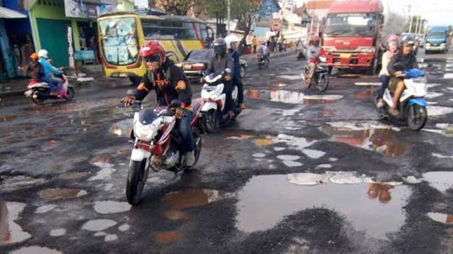 Ổ gà ở Việt Nam đã là gì, thế giới có những con đường nhìn đã hết vía-12