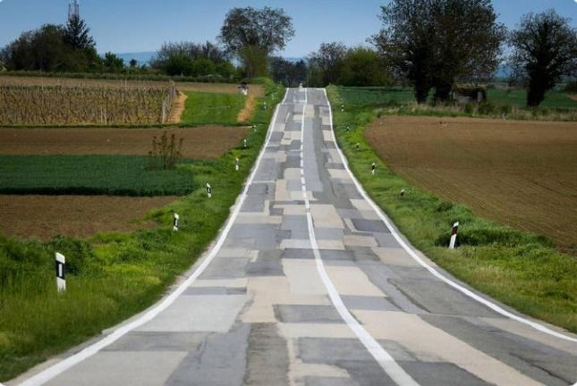 Ổ gà ở Việt Nam đã là gì, thế giới có những con đường nhìn đã hết vía-5