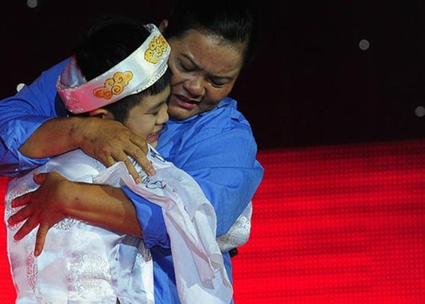 Quán quân The Voice Kids có mẹ làm lao công, rửa bát thuê nuôi con-3