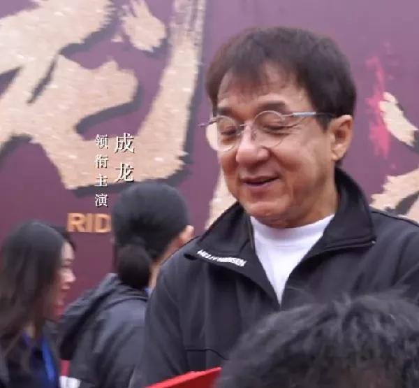 Ngoại hình già nua xập xệ ở tuổi 67 của Thành Long-4