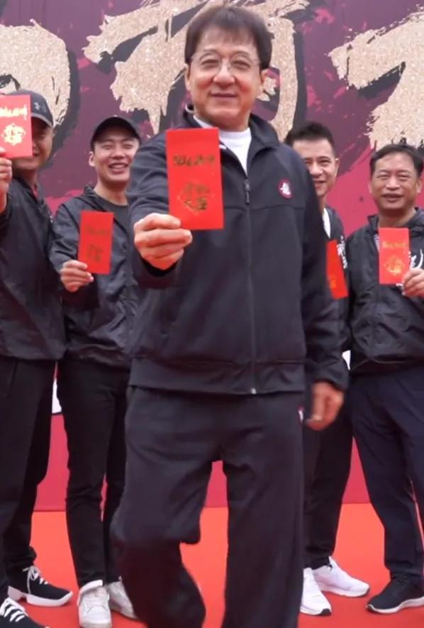 Ngoại hình già nua xập xệ ở tuổi 67 của Thành Long-6