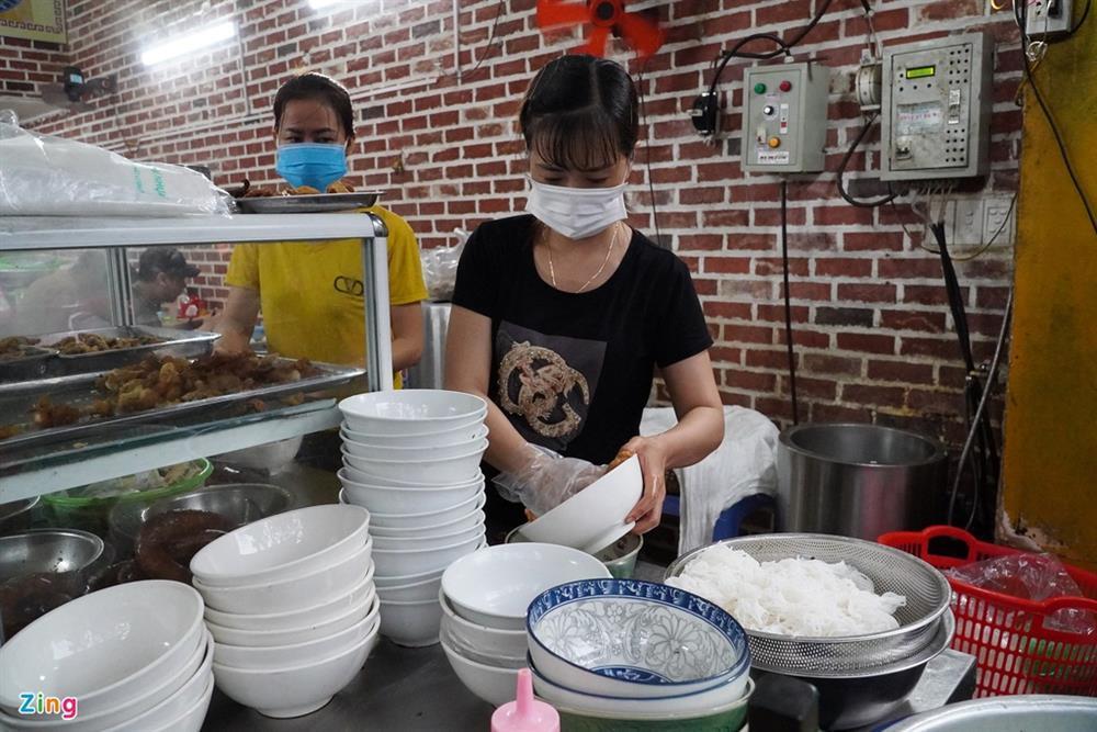 Hàng quán Hải Phòng ngày đầu mở cửa đón khách ăn uống tại chỗ-3