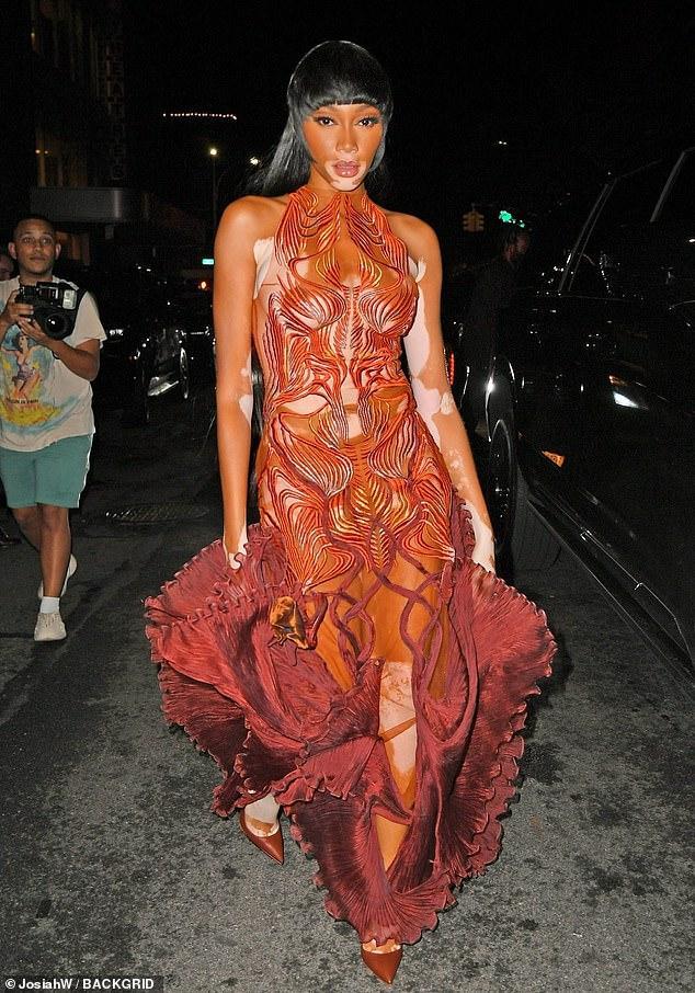 Sao Met Gala bị chụp trộm khi đang đi toilet: Rihanna đầu têu?-4