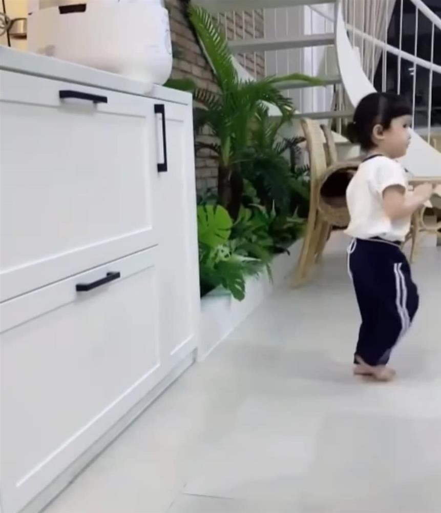 Con gái Trường Giang lộ mặt cute, làm việc nhà thoăn thoắt-3