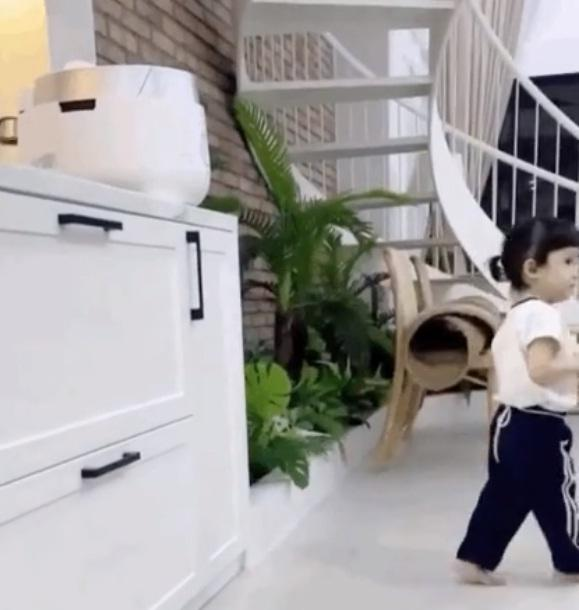 Con gái Trường Giang lộ mặt cute, làm việc nhà thoăn thoắt-4