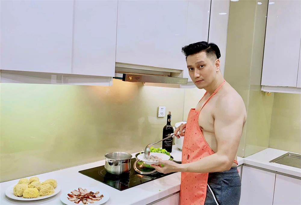 Việt Anh cởi trần vào bếp, lộ chuyện sống với Quỳnh Nga?-1