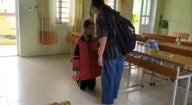 Clip: Nữ sinh Lạng Sơn bị bạn tát lia lịa, bắt quỳ giữa lớp hỏi tội-1